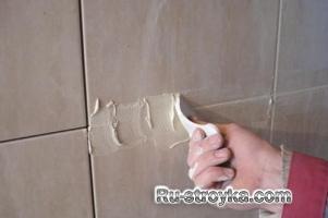 Нанесение затирки на керамическую плитку.