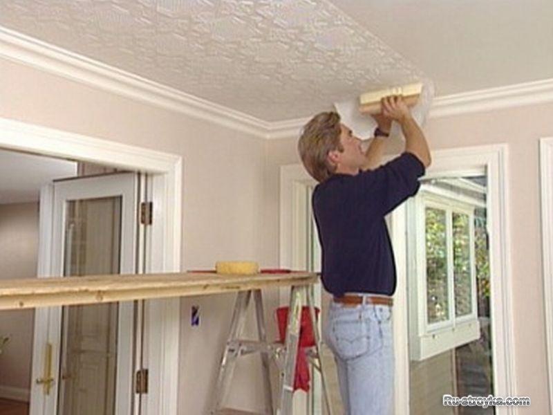 Как клеить флизелиновые обои на потолок своими руками.