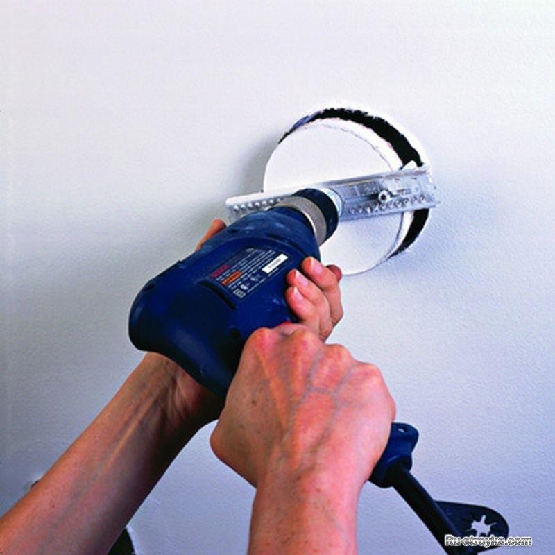 Как сделать отверстие под светильник в гипсокартоне