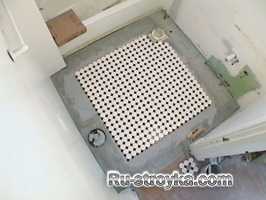 Укладываем мозаичную плитку в ванной комнате.