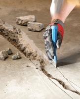 Ремонт больших трещин в бетонном полу.