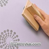 Как разукрасить однотонную стену при помощи медальонов.