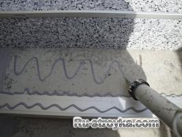 Ремонт лестницы при помощи гибкой мраморной крошки.