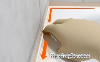Заделка швов силиконом вокруг ванны.