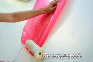 Как сделать текстуру на стене, используя полиэтиленовые пакеты.